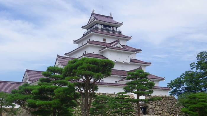 戊辰戦争で激戦地となった鶴ヶ城。今は立て直され、会津精神の象徴として人気のお城です。 2011年春に、天守閣の屋根瓦を幕末時代の赤瓦に代えてリニューアル。幕末の鶴ヶ城が蘇りました。赤い瓦のお城は日本唯一だそう。  新幕府軍に攻められて傷ついた会津城。遠く飯盛山から燃え盛る我が城を見て、白虎隊は自害を決意しました。