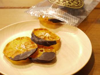 完熟してから収穫された柿やみかんのドライフルーツは、甘みがぎゅっと閉じ込められた贅沢な味わい。一口一口噛むほどに美味しさが広がります。コーヒーとの相性もぴったり。