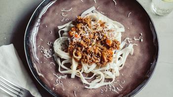 刻んだ根菜をたっぷりと使って、ひき肉を減らしたヘルシーなミートソースパスタ。グルテンフリーなので、グルテンアレルギーがある人もチャレンジしてみて。麺にココナッツが練りこんであるのでほんのり甘い香りもクセになります。  *使用しているクレンズフード スーパークレンズパスタ(ココナッツ) オーガニックオリーブオイル