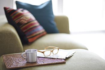 お部屋のインテリアを彩るために、 欠かせないのが『ファブリック』 季節に合わせて、色やデザインを変えれば、   お部屋の雰囲気が変わります! 素材やデザインを工夫して、 お部屋に爽やかさをプラスしてみて!!