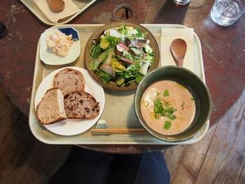 こだわりの産直野菜をたっぷり使ったお惣菜は、ヘルシーでほっとする味わいです。美味しい玄米ご飯と一緒に楽しみましょう。
