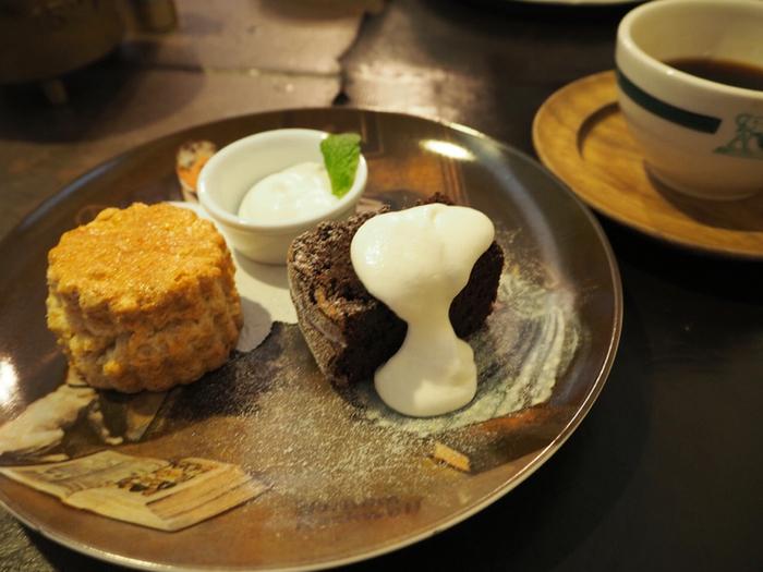 スコーンは全粒粉を使ったざっくりとした、ナチュラルな味で、甘さ控えめのクリームとフランボワーズソースによく合います。
