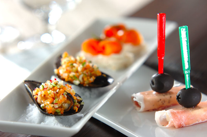 今回は、バケット、ごはん、お肉、お野菜など、メインで使われている食材の【種類別】に、華やかなおもてなしにぴったりのフィンガーフードのレシピをご紹介していきます!