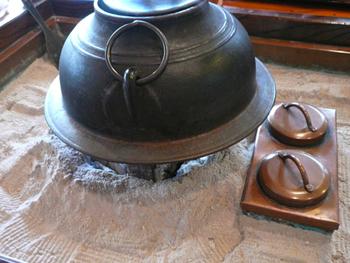火鉢を囲む木のテーブルは江戸情緒たっぷり。ゆったりとした時間が流れます。