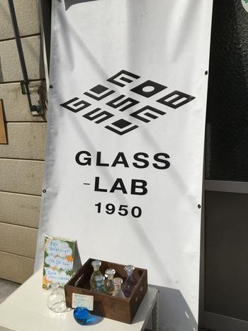 お店の外には、おしゃれなロゴの入った看板と、江戸硝子の「液だれしにくい醤油差し」が置いてあります。通りかかると、思わず近寄って手にとってみたくなる可愛らしさです。
