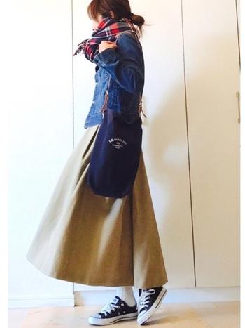 ハリのあるロングスカートに、黒のコンバースで軽やかコーデ。