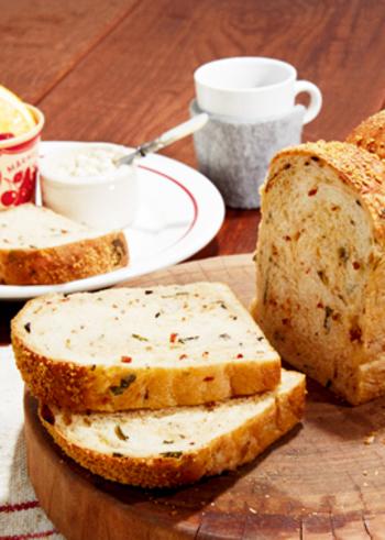 バジルやトマト、オリーブといったイタリアの恵みを詰めこんだ食パン。お肉やお魚と合うのはもちろん、そのまま食べてもおいしいですよ。