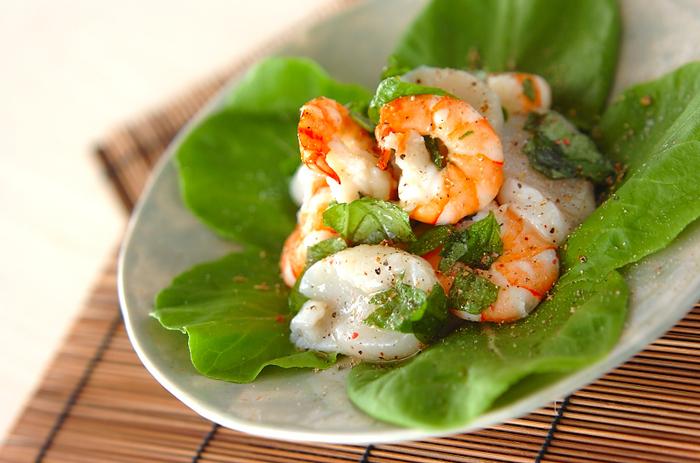 シンプルな味付けでさっぱりといただける海鮮サラダ。バジルとレモンの香りで、臭みを取り除きシーフードの旨味が際立ちます。