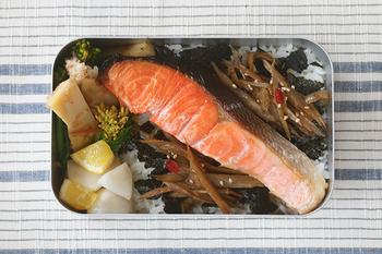 長方形のお弁当箱は、長さのある大ぶりなおかずもそのまま入れられますね。ご飯の上に焼き魚やお肉を豪快にのせると、食べごたえのあるお弁当になりますよね?