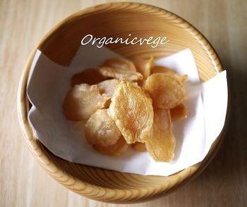 濾したあとの生姜を、低温のオーブンでじっくり焼き上げたぬれ生姜。余分な甘さを追加していないので、料理にも使いやすいですね。