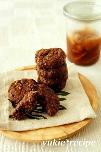 ジンジャーシロップと残りの生姜を使ったクッキー。チョコと生姜の風味が、紅茶にピッタリ◎
