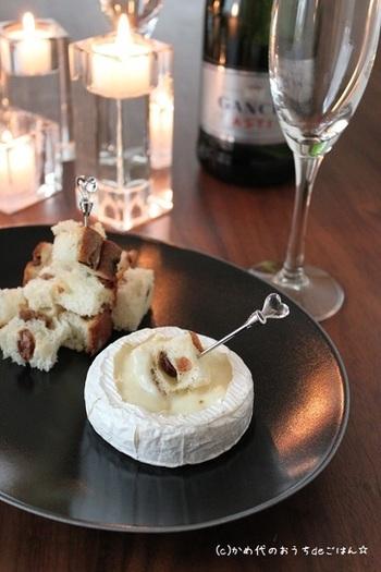 カマンベールチーズを丸ごと電子レンジで1分加熱し、上部を丸く切り取るだけで、ワインにぴったりのお洒落なおつまみの完成!レーズンの甘酸っぱさと、チーズのコクが絶妙です。