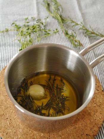 パスタやサラダの風味付けに使えるハーブオイル。ニンニクを入れてより風味豊かに。冷蔵庫で10日ほど保存がききます。
