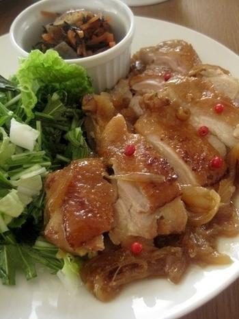 こちらは、ジンジャーシロップにタマネギも一緒に漬け込んだ照り焼きチキン。ふっくらと肉厚な食欲のそそられる一品です。