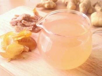 こちらは生姜、砂糖、水に、好みのスパイス類とレモン汁を加えて煮込む、香りと風味豊かな一品。生姜が辛いという方は、砂糖ではなくハチミツなど加えると、よりまろやかに調整できるはず。