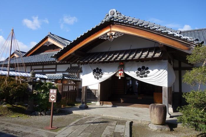会津藩の家老だった西郷頼母(たのも)の屋敷など、福島県重要文化財である旧中畑陣屋や数奇屋風茶室、藩米精米所などの歴史的建造物が並ぶ屋外博物館。