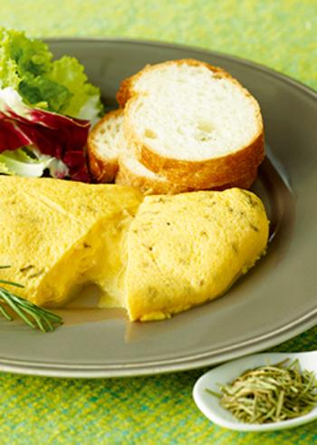 パパッと簡単に作れておしゃれなカフェメニューのようなオムレツは朝食にぴったり。ハーブ香る朝食で、体もスキッと目覚めましょう!
