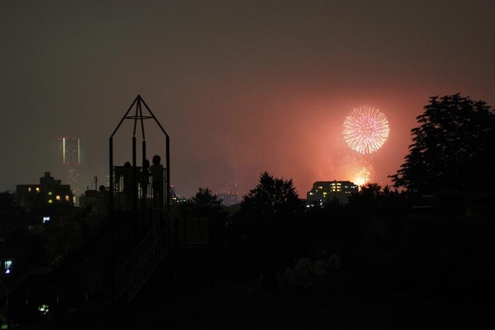 展望地区からは、みなとみらいエリアが一望。夏の花火大会では、こんなに迫力ある景色を見ることもできるんです。