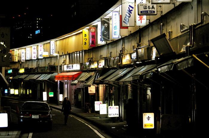 野毛には、東京オリンピックの時に建てられた長屋風の飲み屋街「都橋商店街」があります。「ハーモニカ横丁」の愛称でも親しまれている2階建て商店街で、風情溢れる下町感から、テレビやロケの撮影でもよく使われます。
