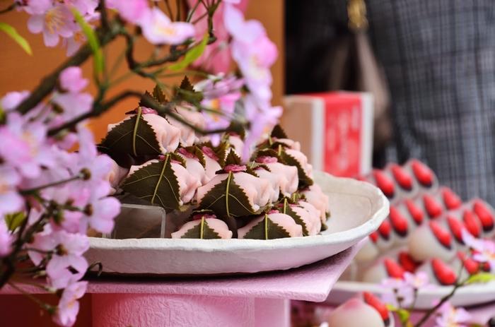季節限定の和菓子というイメージの「桜餅」ですが、実は一年中食べたい症候群の方は続出しているほど人気があるんです♪作り方が難しそうなイメージですが、材料少な目で意外と簡単に作れてしまいます♡春を感じる桜餅、今年は手作りしてみんなで楽しんでみませんか?