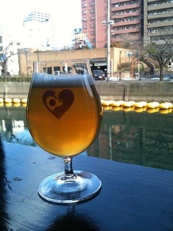 都橋商店街で全国各地のクラフトビールが楽しめるお店「ウナ カサ デ グビグビ エルヌビチノ」。大岡川を眺めながら、クラフトビールを飲み比べて、女子会をしましょう♪
