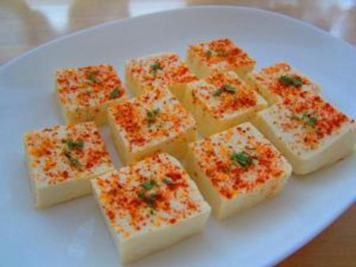塩豆腐を、何種類かのスパイスやハーブを使ってアレンジ。和風とはまた違った風味が楽しめます。おしゃれなオードブルになりますね。