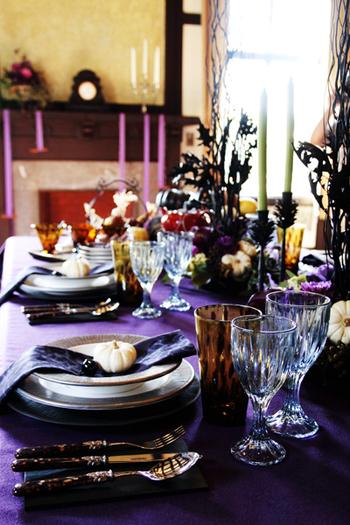 ナプキンに、食事会のテーマや季節にちなんだ小物を置くのもいい演出ですね。季節の花をナプキンに添えるのも素敵です。ちなみに、こちらはハロウィンのテーブルコーディネート。