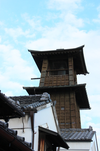 城下町の町並みが残る川越までは、新宿から特急小江戸号で約45分で行くことが出来ます。写真は川越のシンボル「時の鐘」。NHK連続テレビ小説の舞台になったことでも有名です。
