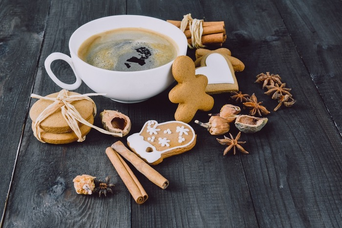 甘くエキゾチックな香りのシナモン。シナモン×コーヒーも大人の味わいで、贅沢な気分が楽しめる組み合わせ。 いつものコーヒーに、シナモンパウダーを少し入れれば、スパイシーな香り漂うシナモンコーヒーが楽しめます。お砂糖をかき混ぜるスプーン代わりに、シナモンスティックを添えるのもオシャレで贅沢なコーヒータイム。