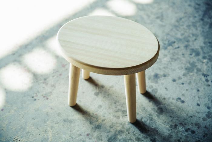 こちらも媛ひのきを使用した「湯椅子 水月(みづき)」。なめらかな質感が心地よく、木の香りも楽しめます
