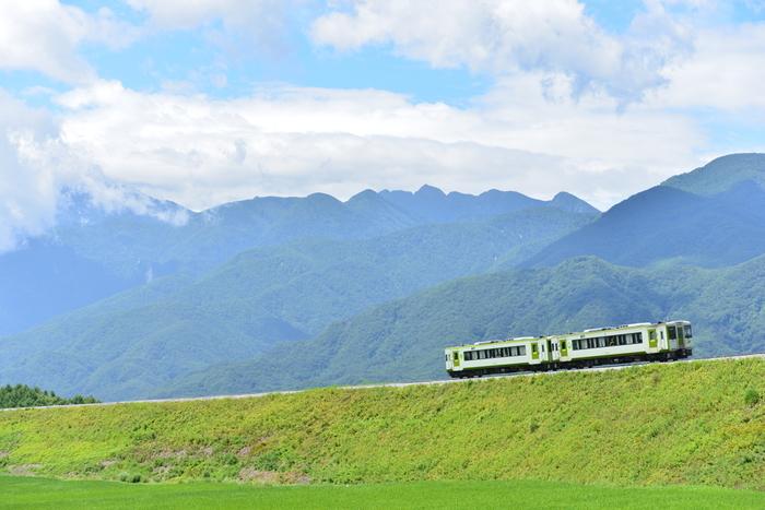 小淵沢は長野県と山梨県にまたがる八ヶ岳の麓にあります。車でも電車でも都心から約2時間程度で行ける、高原リゾート地です。