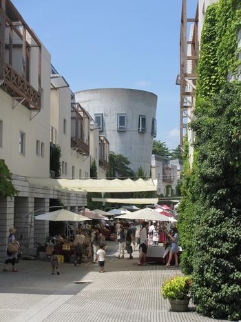 おすすめはこちらの「星野リゾート リゾナーレ 八ヶ岳」。世界的な建築デザインの巨匠マリオ・ベリーニが手掛けたリゾートホテルです。中世のヨーロッパの山岳都市を訪れたような佇まいが素敵です。ここではリゾートウェディングでも人気です。