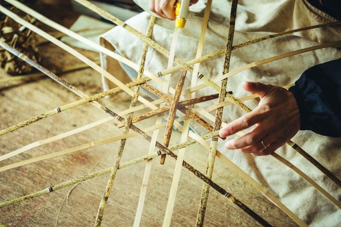 薄く剥いた竹ヒゴで底を編んでいきます。篭によって底の編み方はさまざま
