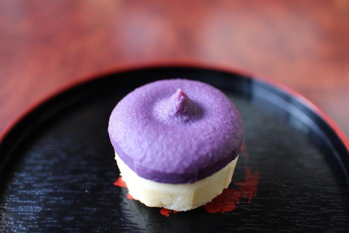 唐芋(さつまいも)のレアケーキが人気の『フェスティバロ』。ターミナルビル2Fの南ウイング側、「ブルースカイ」の出発ロビー1号店、21番ゲートショップ、22番ゲートショップで販売されているのが、那覇空港限定のお土産「紅芋レアケーキ シュリ」。 唐芋を使ったなめらかなレアケーキの上に紅芋の鮮やかな紫色が重なった二層のレアケーキで、しっとりした味わいを楽しめます。 ※出発ロビー1号店では5個入りと10個入り、ゲートショップでは5個入りのみ販売しています