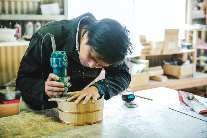 写真は代表の井上大輔さん。とてもやさしく工房内を案内してくれました