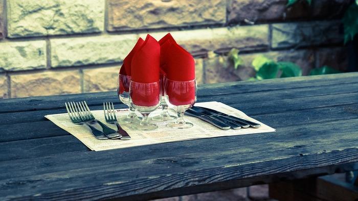 カジュアルな食事会ならば、こんな気軽な雰囲気でカトラリーをお出しするのもいいかもしれませんね。大皿料理などでもてなす、にぎやかなホームパーティなどにいかがですか?