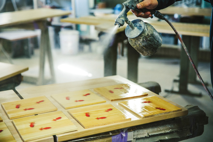底面に使用する木材を塗装中