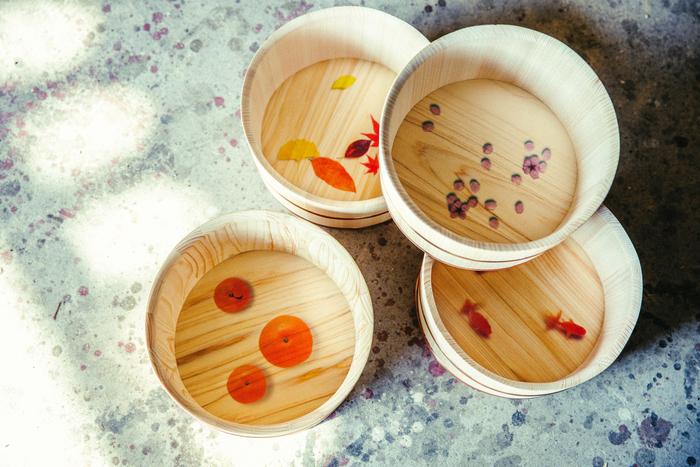 こちらは「湯桶 四季折々」。お湯を注ぐと底面の絵柄が浮かび上がり、自宅のお風呂でも温泉にいるような風情を感じることができます