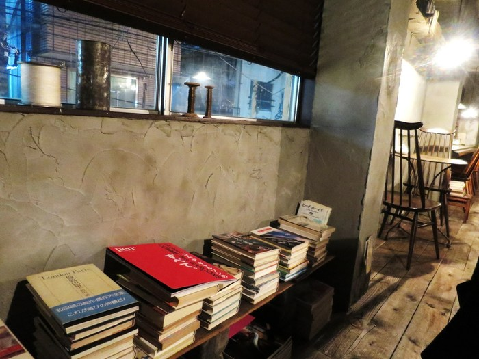 棚に積まれた本たち。店内で読むだけでなく、購入もできるそうです。気に入った本があれば続きはお家でじっくりと。