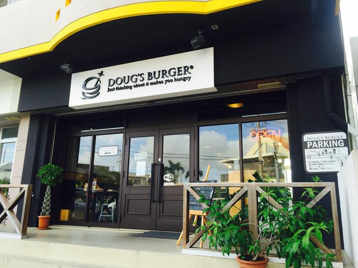 宮古島で人気のバーガーショップ『ダグズ・バーガー』。 ハンバーガーはまだ沖縄本島で食べることができませんが、『ダグズ・バーガー』が100%手作りしているお菓子は那覇空港で買うことができます! ※写真は宮古島のお店