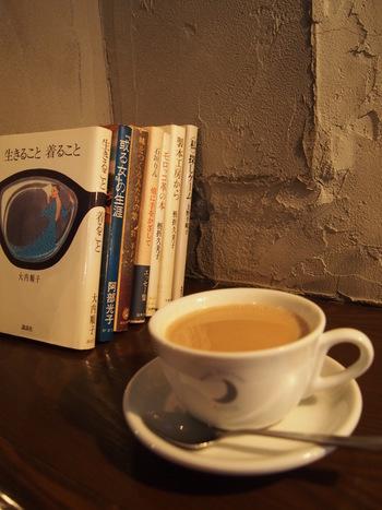夜、1人で家じゃないどこかでゆっくり過ごしたいなぁ、なんて思ったことはありませんか? そんな時は本と対話できるブックカフェはいかがでしょう。 今回は、長い夜を素敵に過ごせる、夜の24時まで営業している東京のブックカフェをご紹介します。