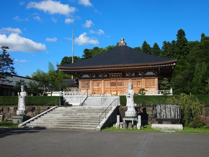 福井県越前市にある「御誕生寺」は禅師の出生を祝福する寺院として、2002年に初代でもある現在の住職 板橋興宗住職によって小堂が建てられ、2009年に本堂が建てられた新しいお寺です。 御誕生寺が猫寺になったきっかけは、住職がお寺の境内に捨てられた猫を保護したのがはじまり。 現在では50匹の猫が一緒に暮らしているんだそう。