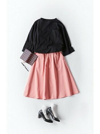 可愛くなりすぎない、大人っぽい「淡ピンク」を取り入れた春コーデをご紹介しました♪ 春らしさも女性らしさもUPしてくれるピンクアイテムは、黒やデニムなどの締まるカラーと合わせたスタイリングがおすすめです。みなさんもぜひ、今春取り入れてみてくださいね!