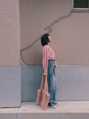 ゆるトップスには、ハイウエストのワイドデニムを合わせることですっきりとした着こなしに。もこもこ素材のトートバッグも同系色でそろえて、ピンクが主役のコーディネートに。