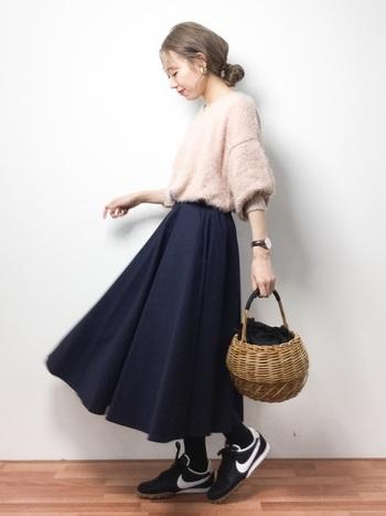 ピンクのトップスにスカートを合わせる場合も、ネイビーやブラックなどを選ぶと、かわいすぎることなく大人っぽいコーディネートにまとまります。旬のかごバッグでこなれ感を演出して♪