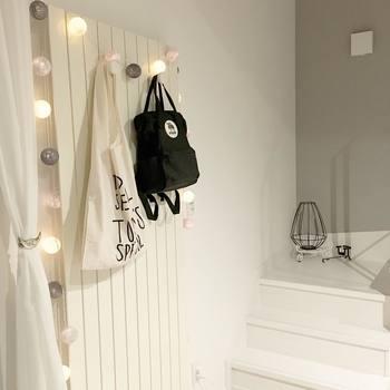 コットンボールと呼ばれる照明&インテリアグッズは綿の糸を巻きつけてボール状にしたもの。真っ白でもコットンの暖かみが感じられます。普段使いのバッグ置き場もぐっとおしゃれな雰囲気になりますね。