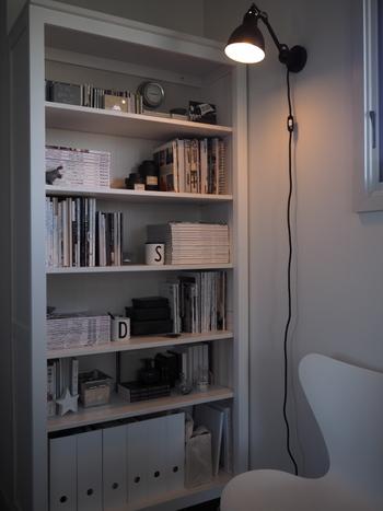 背の高い家具もホワイトだとあまり圧迫感も与えずお部屋のスペースも広く見えるのはないのでしょうか。本だけでなくちょっとしたスペースにインテリアグッズを置くのも素敵です。
