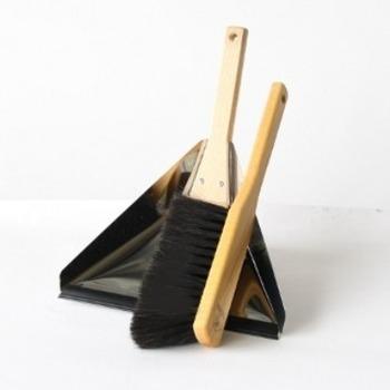 三角形のちり取りとブラシ。