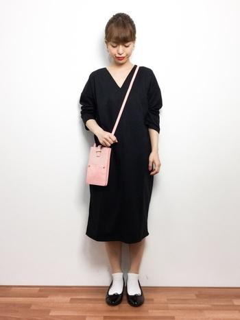 重くなりがちなブラックのワンピースですが、ピンクのバッグが軽さを出してくれています♪バッグが主役になるコーディネートも素敵ですね。