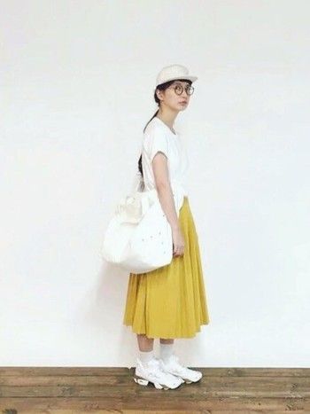 印象的なイエローのスカート以外は、すべてホワイトカラー!足元のボリューム感が可愛いですね。
